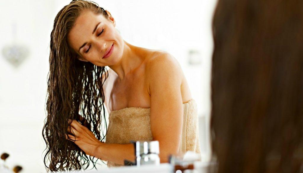 mulher hidratando o cabelo